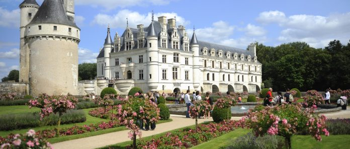 https://commons.wikimedia.org/wiki/File:Chenonceaux_French_Gardens.jpg