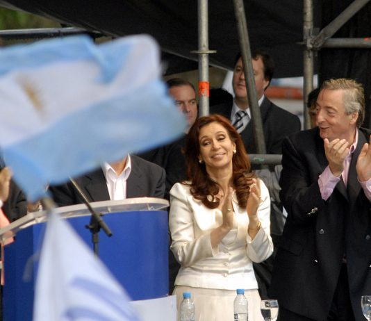 https://commons.wikimedia.org/wiki/File:Elecciones_en_Argentina_-_Cristina_y_Néstor_Kirchner_26102007.jpg