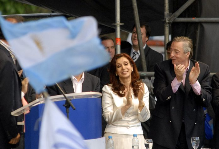 https://commons.wikimedia.org/wiki/File:Elecciones_en_Argentina_-_Cristina_y_Néstor_Kirchner_26102007.jpg