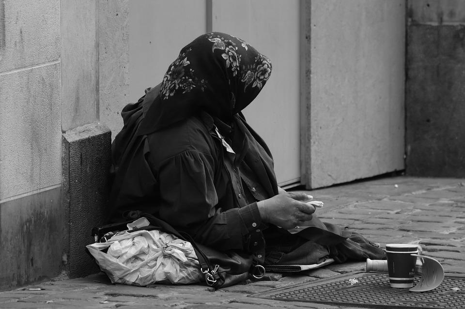 https://pixabay.com/fr/photos/mendicit%C3%A9-femme-pauvret%C3%A9-aum%C3%B4ne-1683496/