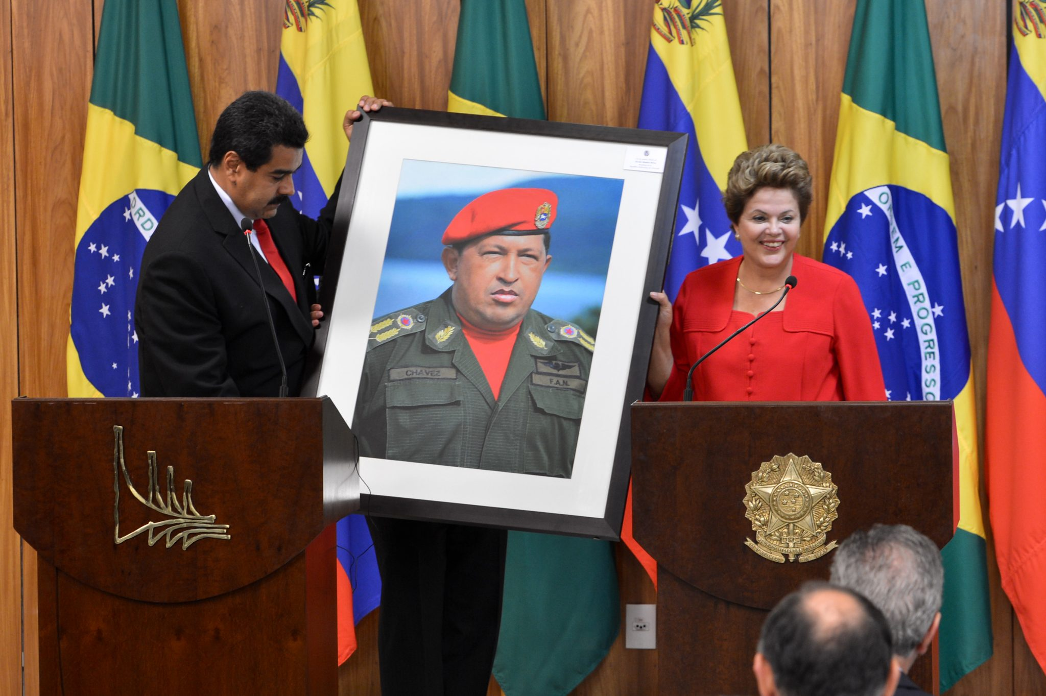 https://es.wikipedia.org/wiki/Archivo:Dilma_Rousseff_receiving_a_Hugo_Ch%C3%A1vez_picture_from_Nicol%C3%A1s_Maduro.jpg