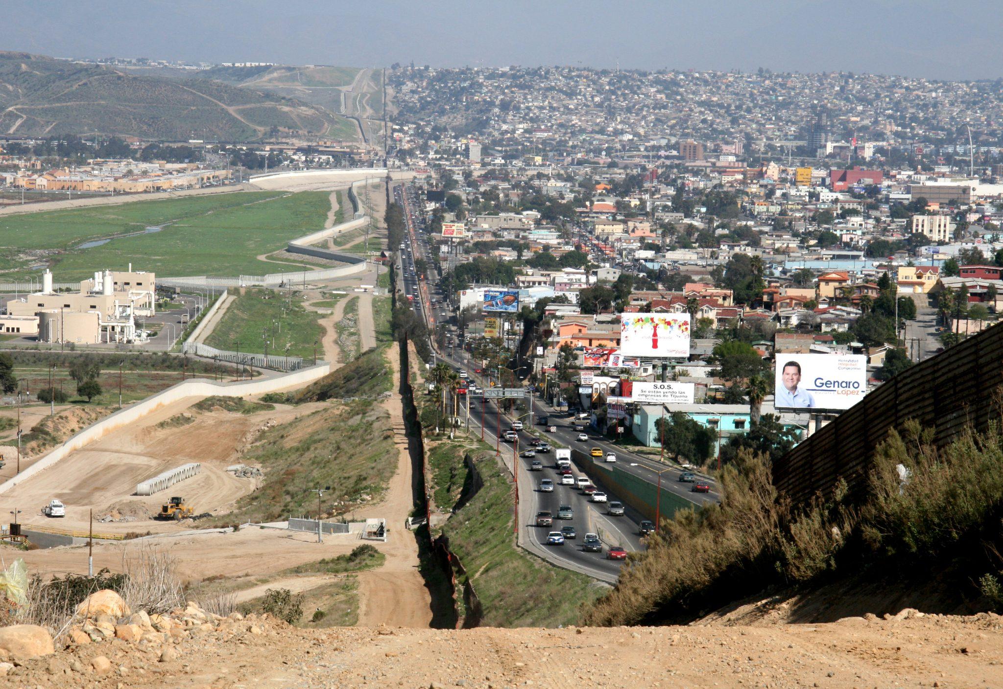 https://en.wikipedia.org/wiki/File:Border_USA_Mexico.jpg