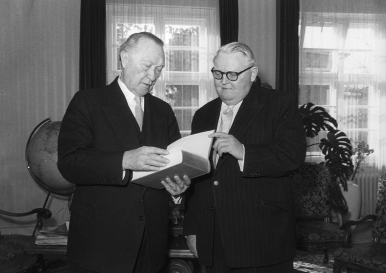 https://commons.wikimedia.org/wiki/File:Bundesarchiv_B_145_Bild-F004214-0033,_Konrad_Adenauer_und_Ludwig_Erhard.jpg
