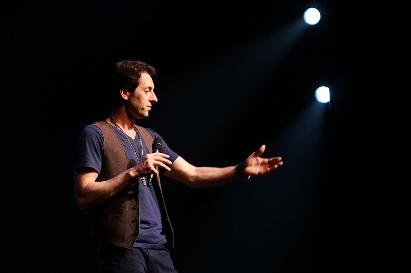 https://commons.wikimedia.org/wiki/File:Max_Amini_Persian_American_Stand_Up_Comedian_2015.jpg