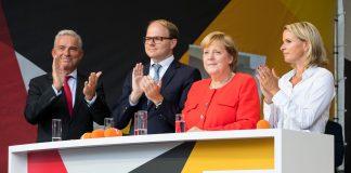 https://upload.wikimedia.org/wikipedia/commons/2/24/Angela_Merkel%2C_Thomas_Strobl_-_2017248174640_2017-09-05_CDU_Wahlkampf_Heidelberg_-_Sven_-_1D_X_MK_II_-_277_-_AK8I4530.jpg