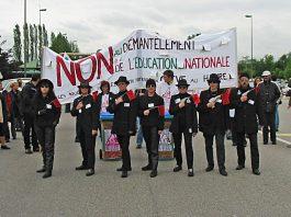 https://commons.wikimedia.org/wiki/File:Manifestation_against_politic_of_education_in_France_in_2003.jpg