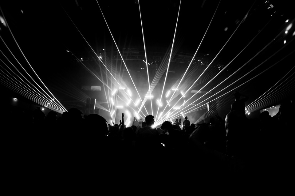 https://pixabay.com/fr/photos/nuit-festival-club-musique-techno-629084/