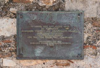 https://fr.wikipedia.org/wiki/Fichier:Plaque_Acropolis_Manolis_Glezos_and_Apostolos_Santas_1941_nazi_flag_Athens.jpg