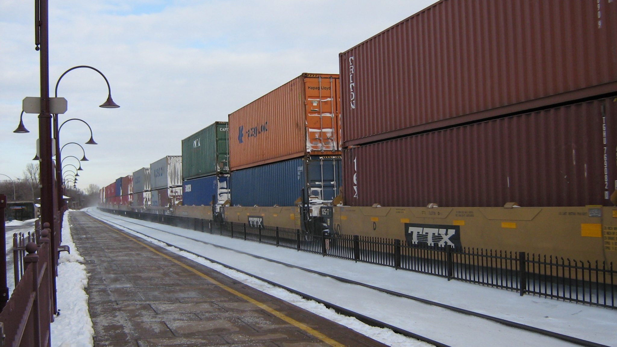 https://upload.wikimedia.org/wikipedia/commons/thumb/6/6a/Double_stack_intermodal_container_train._%283119035814%29.jpg/800px-Double_stack_intermodal_container_train._%283119035814%29.jpg