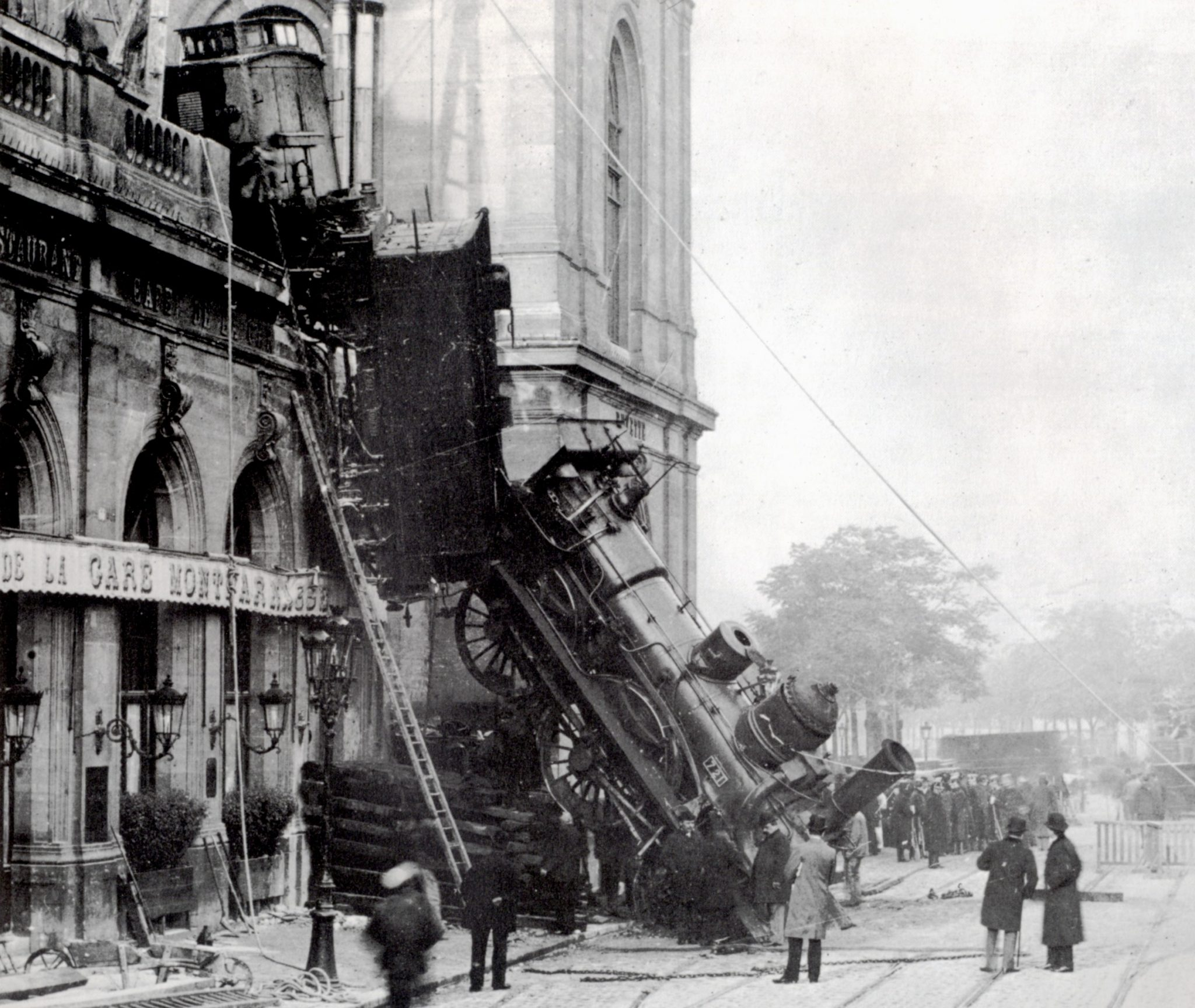 https://upload.wikimedia.org/wikipedia/commons/1/16/Train_wreck_at_Montparnasse_1895_2.jpg