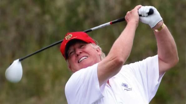 Donald Trump jouant au golf