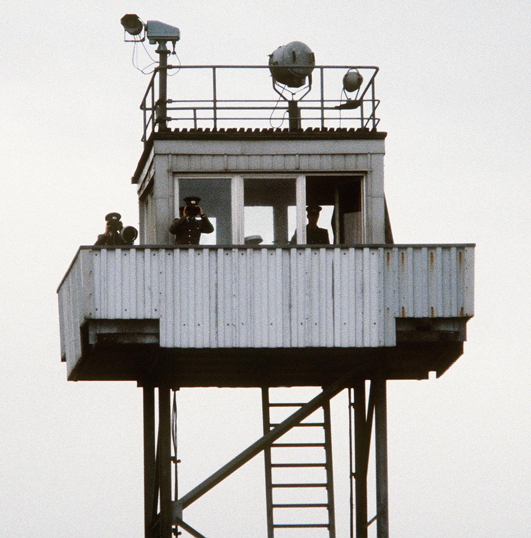 https://commons.wikimedia.org/wiki/File:DDR_steel_watch_tower_cropped.jpg