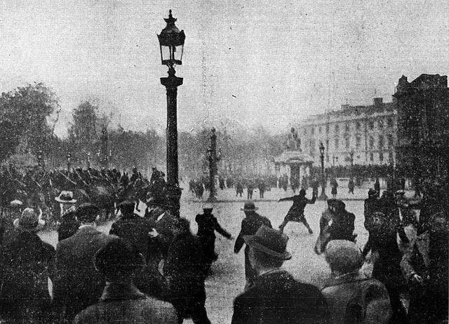 https://commons.wikimedia.org/wiki/File:Place_de_la_Concorde_7_f%C3%A9vrier_1934.jpg